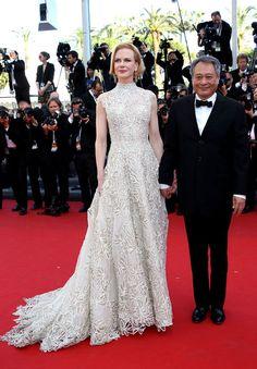 NICOLE KIDMAN    La actriz se dió cita al estreno de la película Nebraska en el Festival de Cine de Cannes con un romántico vestido de bordados color blanco crudo de la colección primavera 2013 de la línea Couture de Valentino. La australiana completó su atuendo con aretes de Cathy Watermanun y maquillaje suave.