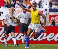 Copa de 2002 - Rivaldo tira a camisa e comemora o gol de empate em jogo contra a Inglaterra, aos 47 minutos do 1º tempo