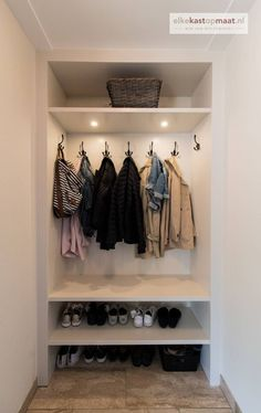 Hal en garderobe kasten inspiratie met veel voorbeelden en foto's Hall and cloakroom cupboards inspire with many examples and photos Wardrobe Cabinets, Interior, Cabinet Inspiration, Closet Inspiration, Storage House, Home Decor, House Interior, Diy Mudroom Bench, Small Hallways