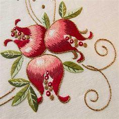 Red and Green Embroidery - Tovaglia Melograno | Ricami e Pizzi