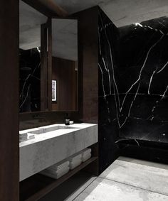 Eπιβλητικό μπάνιο με μαύρο μάρμαρο NERO MARQUINA και PIETRA CALIZA CAPRI στο δάπεδο και στον νιπτήρα σε λοφτ στην Αμβέρσα. Αmazing bathroom with black marble NERO MARQUINA and PIETRA CALIZA CAPRI on the floor and the sink.