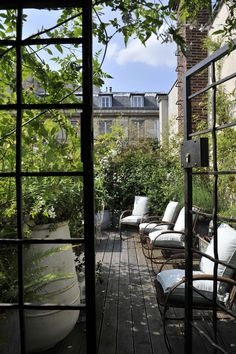 We've hunted down a few beautiful city outdoor spaces, so whether you live in New York or not, and whether you have an outdoor space or not, you can experience this feeling, too. Rooftop Garden Little Hidden Luxuries: Secret Outdoor Spaces in the City Rooftop Terrace, Terrace Garden, Garden Ideas Terraced House, Rooftop Design, Garden Villa, Garden Cafe, Garden Route, Terrace Design, Outdoor Rooms
