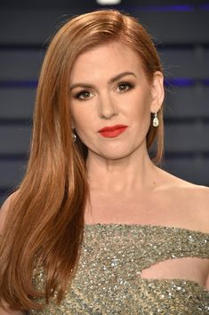 Isla Fisher attends the 2019 Vanity Fair Oscar Party hosted by Radhika Jones at Wallis Annenberg Center for the Performing Arts on February 2019 in Beverly Hills, California. Get premium, high resolution news photos at Getty Images Isla Fisher, Hair Color Dark, Dark Hair, Red Haired Actresses, Strawberry Blonde Hair Color, Brown Blonde Hair, Vanity Fair Oscar Party, Auburn Hair, Beautiful Redhead