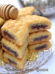 Un Makroute ou makrout au four fondant à la pâte de dattes et au miel. Ces makrouts مقروط الكوشة sont plus légers c'est sûr Avec la vidéo, il sera plus facile