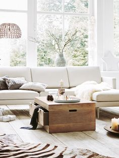 Gerade nicht im Einsatz? Dann weg mit Naschereien, Zeitschriften oder der Kuscheldecke. Sie verschwinden in Zwei-in-eins-Möbeln wie dieser Couchtisch-Kommode.
