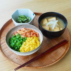 今日の一汁一菜 三色そぼろごはん、胡瓜とわかめの酢のもの、玉ねぎとおあげさんのみそ汁 ---- 今日は少し手をかけた三色そぼろごはん。肉そぼろの代わりに秋鮭の塩焼きをほぐしたもので色もきれいです。鮭の塩味に対し、玉子そぼろは甘くしっとりとさせてます。卵1にたいし、砂糖大1、フライパンで卵液を弱火にかけ、4本のお箸でひたすら混ぜ、しっとりとしたら火を止めます。鮭、玉子、そしてさっと茹で、きゅっと冷やした歯切れの良いいんげんを添えて食感が楽しい三色そぼろごはんの完成です。肉そぼろだとお鍋をたくさん使うので、グリルを活用し焼鮭に変えました。魚を焼きながら同時進行ですべて仕上げます。 胡瓜とわかめ、食感と塩気があるちりめんじゃこを加えています。胡瓜もみをしてから盛りの直前にそれぞれを三杯酢で和えます。 ---- #一汁一菜 #家庭料理 #和食 #和食器 #うつわ #うつわ好き #おひるごはん #おうちごはん #washoku #japanesefoods