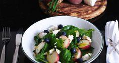 Wilde perzik salade met blauwe bessen, spinazie en geitenkaas is een zomerse salade zoals je deze nog nooit hebt gegeten. En in een paar minuten op tafel.