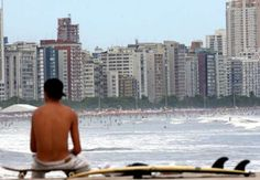 A faixa de areia é contínua, mas sua ocupação, bastante variada. Ao lado do emissário submarino, na ... - Ernesto Rodrigues/Estadão