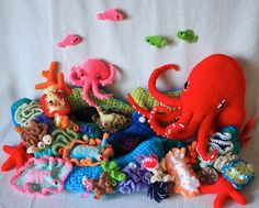 Awesome crochet! Could just put all this in an old and clean fish tank and be happy as a clam ;)