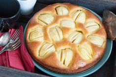 Ein klassischer deutscher Apfelkuchen. Lockerer Teig mit vielen Äpfeln. Unkompliziert und unglaublich lecker.