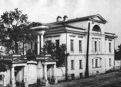 Этот дом на улице Куйбышева, 63 еще называют «Малая Рязановская усадьба», Большая Рязановская усадьба находится тут же, практически напротив. Изначально усадьбой владел Зот Зотович Блохин. Когда д…