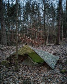 """🌳🌲🏋🏼 on Instagram: """"#neulichimwald #draußen #kaltefüße #ichbrauchneisomatte #naturverbunden #steinbruch #fastunsichtbar #ahlewurschtontour #walkingwithwitte…"""" Bushcraft Camping, Camping Survival, Outdoor Survival, Survival Skills, Best Camping Hammock, Camping In The Rain, Camping And Hiking, Backpacking, Tarp Shelters"""