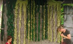 vines made from old bed sheets! Cut vertically, then cut slits on either side. Let's use plastic table cloths Swamp Party, Jungle Party, Jungle Safari, Jungle Theme, Swamp Theme, Safari Party, Old Bed Sheets, Off The Map, Safari Decorations