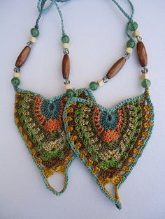 """Colar colorido """"Mountain and Sea crochet barefoot sandals ~for more updates on…"""", """"Love these crochet necklaces!"""", """"eye glass or badge holder? Freeform Crochet, Crochet Art, Crochet Patterns, Crochet Motif, Crochet Ideas, Crochet Bracelet, Crochet Earrings, Crochet Jewellery, Crochet Barefoot Sandals"""