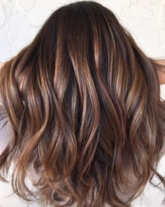 Idée Couleur & Coiffure Femme 2018 : Description Reminiscent of the striped copper stone, tiger eye hair is the update to balayage we've been waiting for. The hair trend pulls warm tones from dark hair in the Tiger Eye Hair Color, Hair Color And Cut, Brown Hair Colors, Brown Eyes Brown Hair, Eye Color, Ash Brown, Brown Hair For Warm Skin Tones, Brown Hair Foils, Dyed Hair Brown