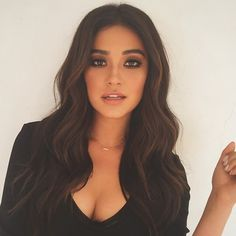 Shay Mitchell - Beauty - Make Up - Smokey Eyes - Hair