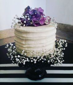Bohochic cake with fresh flowers