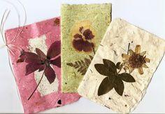 Tarjetas Artesanales en papel reciclado decoradas con material vegetal