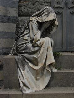 Man Made Statues? As we look at all of these magnificent statues and sculptures from all over the world, it's very easy to be in absolute awe and admiration of Cemetery Angels, Cemetery Statues, Cemetery Art, Art Sculpture, Sculptures, Statue Ange, Steinmetz, Living Statue, Old Cemeteries