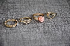 Mit Liebe zum Detail: Diese Ringe sind zwar zu jedem Anlass wunderschön, zu einer Hochzeit aber ganz besonders passend. KeineIdee verkauft sie auf Miralia.de in neuwertigem Zustand // Marry Me! // #miralia #secondhand #secondhandfashion #kleidungonlineverkaufen #schmuck #onlineflohmarkt