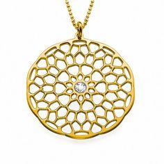 Collar de Plata con baño de Oro de 18K Mandala modelo Louane. Collar de Plata 925 con baño de Oro de 18K con un colgante Mandala que es un símbolo de espitualidad en el Hinduismo y Budismo. El símbolo Mandala está representado por una forma circular que contiene en su interior el Universo. El colgante también lleva un cristal en el centro. (Ref.29130-02)