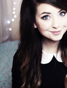 I love Zoella's look here. Subtle make-up, wavy hair and the black top/dress behind the white collar is simple but effective -Cx Pretty People, Beautiful People, Zoe Sugg, Marcus Butler, Tanya Burr, Miranda Sings, Tyler Oakley, Shane Dawson, Celebs