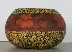 Egg shell mosaic and decoupage. Hand Painted Gourds, Decorative Gourds, Egg Crafts, Pumpkin Crafts, Gourd Crafts, Eggshell Mosaic, Egg Shell Art, Mosaic Crafts, Egg Art
