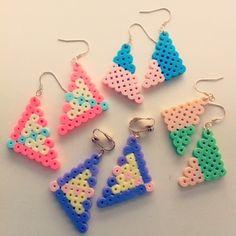 可愛らしい三角形のピアス。同じ形でも、色の組み合わせ方で雰囲気が全然違いますね。アイロンビーズやプラバンで作るアクセサリーのブランド、「joy」の作品です。