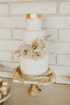 Types Of Wedding Cakes, 3 Tier Wedding Cakes, Wedding Cake Roses, Wedding Cake Photos, Unique Wedding Cakes, Wedding Desserts, Copper Wedding Cake, Grass Cake, Halloween Cupcakes Easy