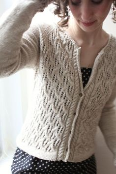 Baileys is a delicate cardigan that balances elegant details and seamless design a classic cardigan. Featuring a cable and lace motif in a seemingly complex pattern that's actually quite simple. Cardigan Pattern, Knit Cardigan, Cream Cardigan, Lace Cardigan, Cashmere Yarn, Baileys Irish Cream, Mantel, Hand Knitting, Knitwear