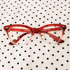 tá vendo esse óculos fofo? comprei há um tempo e nunca usei, pois ele não quis ficar lindo em mim. é um cateye vermelho e bonito que não merece ficar abandonado, então se você se interessar, manda e-mail pra 266aline@gmail.com, ok? apenas 30 dinheirinhos + envio. <3 #bleudame #naoseivender #meimpressionaqueeutenhaumaloja