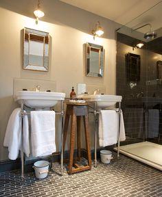 Image Big Bathrooms, Upstairs Bathrooms, Bathroom Mirrors, Quirky Home Decor, Home Decor Kitchen, Bathroom Inspiration, Home Decor Inspiration, Lake House Bathroom, Bathroom Accessories Luxury