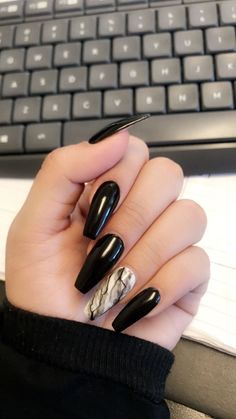 Semi-permanent varnish, false nails, patches: which manicure to choose? - My Nails Black Coffin Nails, Black Acrylic Nails, Best Acrylic Nails, Black Marble Nails, White Marble, Cute Black Nails, Long Black Nails, Black White Nails, Black Acrylics