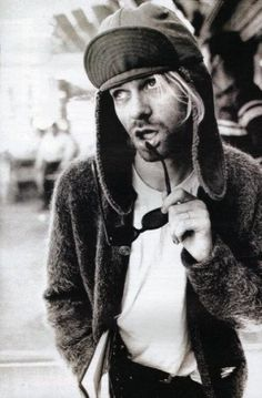 """Los seguidores de la estética grunge muestran un aspecto desaliñado, """"sucio"""" e informal, aunque parezca mentira por su aspecto, daban mucha importancia a su imagen. Kurt Cobain @Renan Serrano Trendt Studio"""