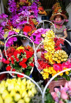 Flower seller, Cho Ben Thanh market, Vietnam https://www.flickr.com/photos/lyon_photography/13911437548/