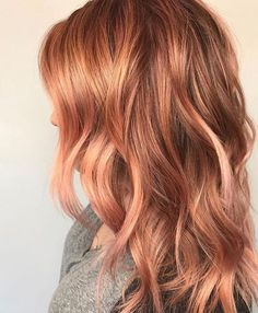Hair Color Trends That Are Being Huge In 2019 Elegant copper hair color on medium length wavy hair Reddish Blonde Hair, Copper Blonde Hair, Red Hair With Blonde Highlights, Honey Blonde Hair, Strawberry Blonde Hair, Hair Color And Cut, Cool Hair Color, Hair Colors, Medium Length Wavy Hair