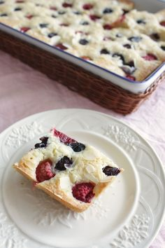 Cake with blueberries, raspberries and lemon | Plaatcake met bosbessen en frambozen | Recipe on www.francescakookt.nl