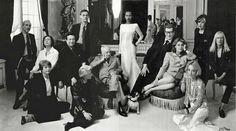 Yves Saint Laurent dans les salons du 5 Avenue Marceau, entouré de ses proches collaborateurs et muses/ amies.