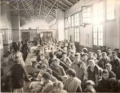 Retirada. Enfants attendants d'être dirigés vers un centre d'héberbgement Civilization, War, In This Moment, Centre, 1950, Train, Spanish, History, Pictures