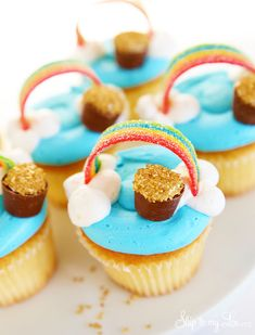 These pot of gold cupcakes are a super fun way to celebrate St Patricks Day! They really go together quite easily. For a few more cute St. Patricks ideas check out these easy rainbow cupcakes Cupcakes Arc-en-ciel, Rainbow Cupcakes, Sprinkle Cupcakes, Cute Desserts, Desserts To Make, Dessert Recipes, Brownie Recipes, Cupcake Recipes, Jars
