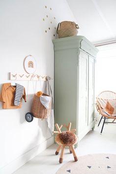 Babykamer inspiratie oude biedermeier kast groen geverfd in combinatie met veel hout