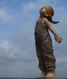 """""""Flying"""" de Jurga. Galerie Maznel à St Valéry sur Somme """" j'aime les sculptures qui incitent le visiteur à s'arrêter, à s'approcher, à toucher, peu importe le style, l'époque, le sujet. Ce qui compte c'est l'émotion .. Jurga"""