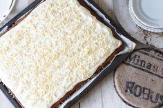 On yksi herkkujen herkku, jota on tehtävä aina syksyisin. Mehevä porkkanakakku kuuluu ehdottomasti koko perheen lemppari jälkkäreihin. Raastettu sitruunankuori tuorejuustokuorrutteessa tuo kaivattua raikkautta porkkanakakkuun. Pienen piirakkapohjan sijaan tehtiin pellillinen kakkua, eikä yhtään p... Carrots, Cheesecake, Pie, Bread, Cookies, Baking, Desserts, Carrot Cakes, Food