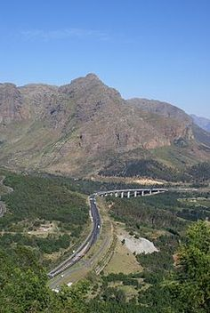 Du Toit's Kloof Pass leading to new Huguenot Tunnel Wikipedia Country Life, Country Roads, Mountain Pass, I Want To Travel, Cape Town, Road Trips, South Africa, Landscape Photography, Landscapes