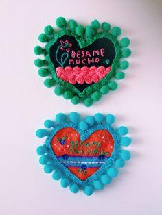 I nostri puntaspilli magnetici, tutti ricamati a mano, uno diverso dall'altro. Our DezaYeppa's magnetic pincushions, all different and hand embroidered. www.dezayeppa.etsy.com #handembroidered #handmade #besamemucho #fridakahlo #frida #mexico #pincushion #heart