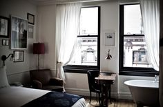 The NoMad Hotel by Jacques Garcia in New York - accrochage sur le lit / contour des fenêtres noires