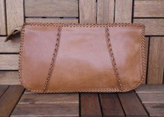 Vintage 1970s Ladys Tan Beige Brown Leather Zip Up Top Clutch Bag    Unknown Brand    One compartment.    Materials: Leather, Textile lining