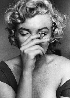 Immagine di Marilyn Monroe, black and white, and cigarette