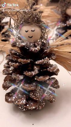 Kids Christmas Ornaments, Christmas Gift Decorations, Christmas Crafts For Gifts, Christmas Art, Diy Friend Christmas Gifts, Diy Ornaments For Kids, Pine Cone Crafts For Kids, Decorating Ornaments, Homemade Christmas Tree Decorations