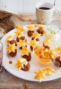 Crunchy puff pastry stars show your guests the way to delicious meatballs . - Crunchy puff pastry stars show your guests the way to delicious meatballs and dips. Party Finger Foods, Snacks Für Party, Brunch Recipes, Snack Recipes, Drink Recipes, Tapas, Tasty Meatballs, Star Food, Party Buffet